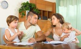 Föräldrar med barn som har, grälar Royaltyfri Bild