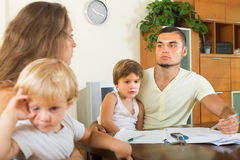 Föräldrar med barn som har, grälar Arkivfoton