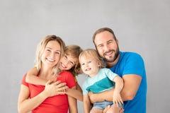 Föräldrar med barn som har gyckel hemma fotografering för bildbyråer