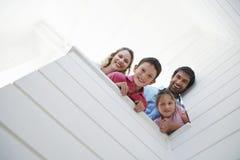 Föräldrar med barn som ser över den vita väggen fotografering för bildbyråer