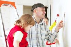 Föräldrar med barnet reparerar hemma Royaltyfria Bilder