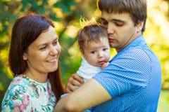 Föräldrar med behandla som ett barn sonen, närbilden, sommar Arkivbilder