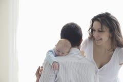 Föräldrar med deras nyfött behandla som ett barn Royaltyfri Fotografi