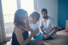 Föräldrar med deras son fotografering för bildbyråer