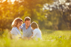Föräldrar med flickan i gräsplan parkerar Royaltyfri Fotografi