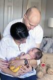 Föräldrar med nyfött behandla som ett barn Royaltyfri Foto