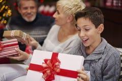 Föräldrar med sonen under jul Royaltyfri Foto