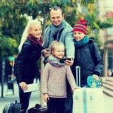 Föräldrar med ungar som tar selfie royaltyfria foton