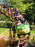 Föräldrar och barn på en rollercoaster Royaltyfri Foto