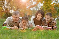 Föräldrar och barn som gör läxa Arkivfoto