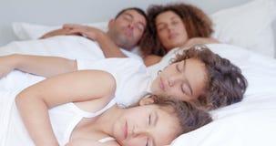 Föräldrar och barn som tillsammans sover arkivfilmer