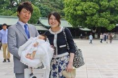 Föräldrar och deras nyfött på Meiji Shrine i Tokyo Arkivfoton