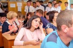 Föräldrar och elever i grupp på skolamöte arkivfoto