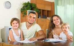 Föräldrar och små döttrar med dokument Royaltyfri Fotografi