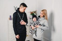 föräldrar pantsätter med ett barn och spelar gyckel royaltyfri fotografi