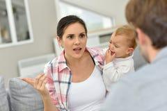 Föräldrar som argumenterar av, behandla som ett barn framme Royaltyfri Fotografi