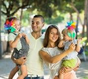 Föräldrar som går med barn Arkivbild