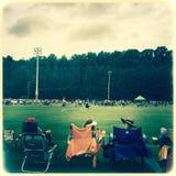 Föräldrar som håller ögonen på lacrossematchen Royaltyfria Bilder