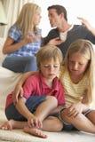 Föräldrar som har argument hemma i Front Of Children arkivfoton