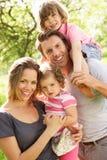 Föräldrar som plattforer med barn i fält Arkivfoto