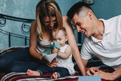 Föräldrar som spelar den framkallande leken med dottern arkivbild