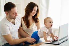 Föräldrar som spelar den framkallande leken med sonen royaltyfri foto