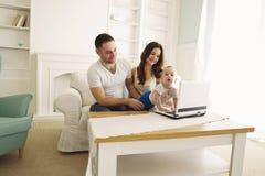 Föräldrar som spelar den framkallande leken med sonen royaltyfri fotografi