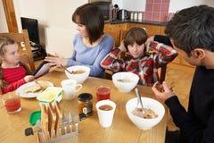 Föräldrar som tar Away grejer från barn arkivbild