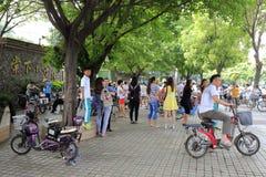 Föräldrar som väntar på barnet på tangxiaskolaporten att gå hem Arkivbilder