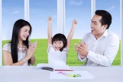 Föräldrar uppskattar deras dotter royaltyfria bilder