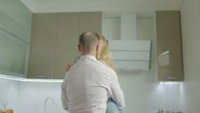 Förälskad bindning för tillgivna par i nytt hem stock video