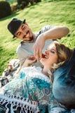 Förälskad danande för par en picknick Arkivfoton