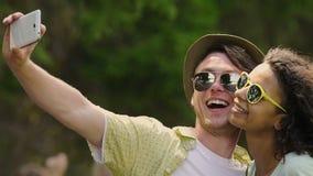 Förälskad dans för mjuka par som tar söt selfie på smartphonen, socialt massmedia lager videofilmer