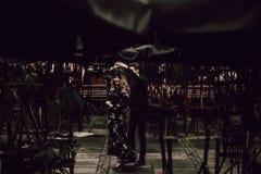 Förälskad dans för stilfulla zigenska par i aftonstadsgata på c royaltyfria bilder