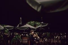 Förälskad dans för stilfulla zigenska par i aftonstadsgata på c royaltyfri fotografi