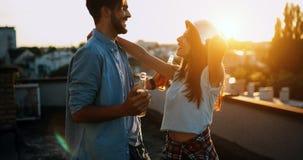 Förälskad datummärkning för härliga par utomhus och le Fotografering för Bildbyråer