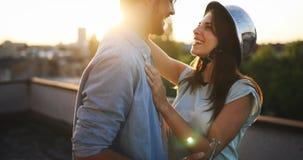 Förälskad datummärkning för härliga par utomhus och le Royaltyfria Foton