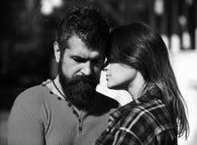 Förälskad kel för par, slut upp Flicka och skäggiga lyckliga vänner för grabb eller på datumkram royaltyfri fotografi