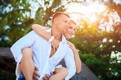 Förälskad kram för lyckliga romantiska par på stranden på sommardagen Arkivbilder