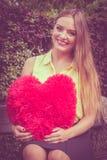 Förälskad kvinna med stor röd hjärta Fotografering för Bildbyråer