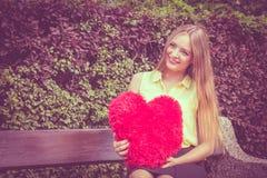 Förälskad kvinna med stor röd hjärta Royaltyfria Foton