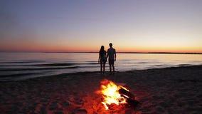 Förälskad man och kvinna på ön stock video