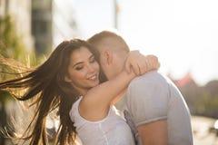 Förälskad omfamning för lyckliga par Arkivfoton