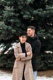 Förälskad posig för unga härliga par på gatan royaltyfri foto