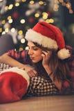 Förälskad smekning för par på julhelgdagsaftonen arkivfoto