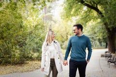 Förälskad spendera tid för lyckliga par tillsammans Royaltyfri Foto