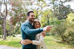 Förälskad spendera tid för lyckliga par tillsammans Royaltyfria Bilder
