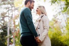 Förälskad spendera tid för lyckliga par tillsammans Arkivfoto