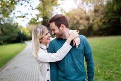 Förälskad spendera tid för lyckliga par tillsammans Arkivbild