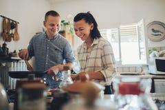 Förälskad spendera tid för romantiska par tillsammans i kök royaltyfri fotografi